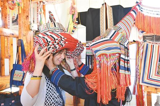 广西日报:市民在广西民族博物馆佩戴少数民族头饰